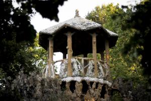 Els jardins del Parc Sanitari Sant Joan de Déu acullen l'exposició 'Figuratures' de Jordi Rocosa